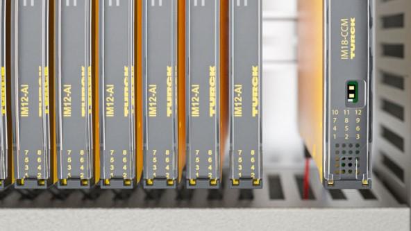 Con un ancho de sólo 18 mm, el dispositivo compacto puede ser fácilmente montado en el carril DIN